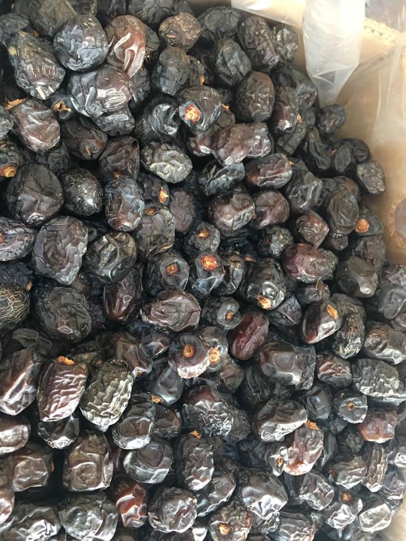 Ajwa dates have lines which is unique to them